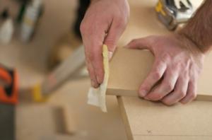 Lem kayu dan lem hpl Crona - Pengamplasan e1626798818446